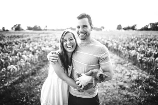 pareja normalitos sonrientes